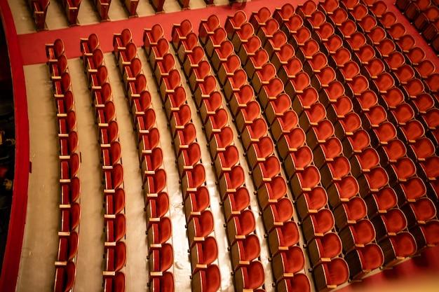 Vue sur le parterre vide dans la salle de concert de théâtre de l'auditorium de l'opéra national de vienne avec des sièges rouges dans les rangées sans personnes à vienne, en autriche.