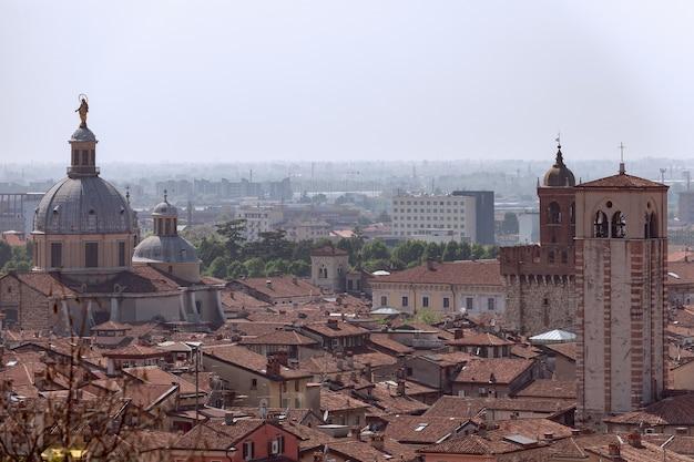 Vue de la partie ancienne et moderne de la ville de brescia lombardie, italie