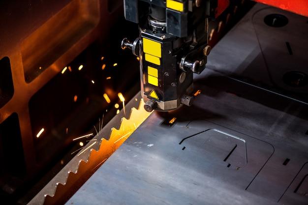 Vue de la partie de la machine automatique industrielle de traitement de gros détails métalliques en atelier d'usine