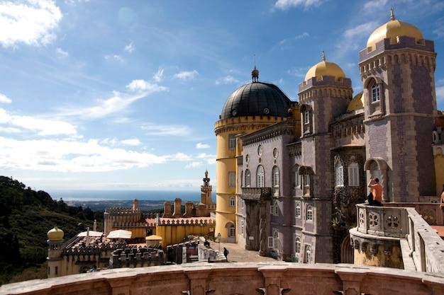 Vue partielle du magnifique palais de pena situé sur le parc national de sintra à lisbonne, au portugal.