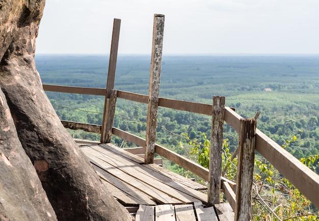 Vue d'une passerelle en bois qui s'étend le long des falaises