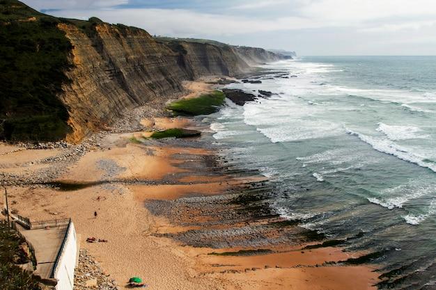 Vue de paysage de la belle plage rocheuse de magoito, située à sintra, au portugal.