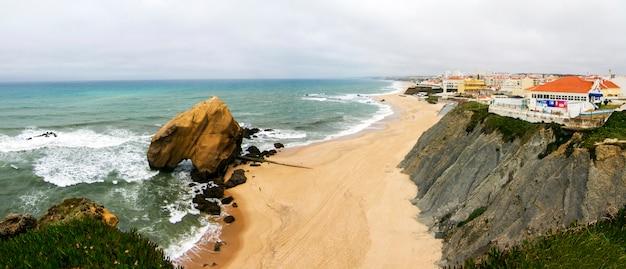 Vue de paysage de la belle plage de santa cruz, située à torres vedras, au portugal.