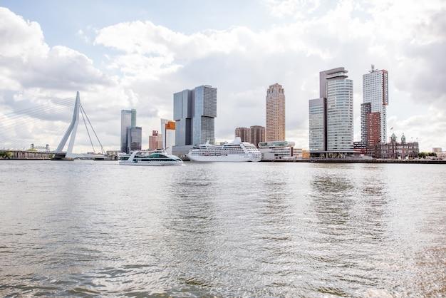 Vue paysage sur la belle rivière avec gratte-ciel et pont dans la ville de rotterdam