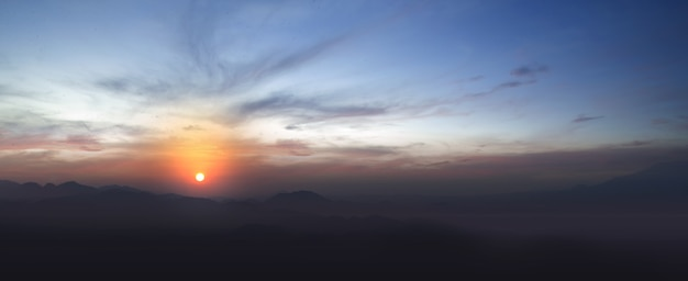 Vue de paysage avec des collines et fond de ciel de lever de soleil