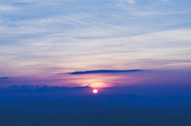 Vue de paysage des couches de montagne de forêt tropicale, fond de coucher de soleil nature