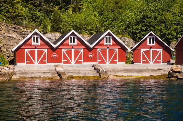 Vue paysage du fjord norvégien avec maisons rouges et bateaux de pêche en norvège.