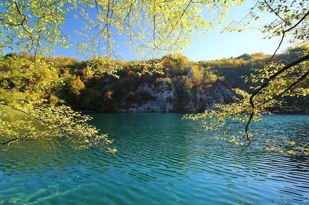 Vue paysage de feuilles et de lac en automne au parc national de plitvice jezera en croatie.