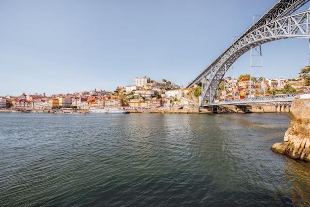 Vue paysage sur le fleuve douro avec le célèbre pont luis dans la ville de porto, portugal