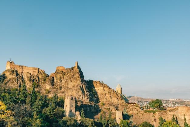 Vue paysage de la forteresse de narikala à tbilissi, géorgie.