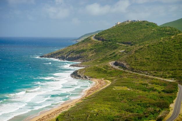 Vue paysage de la mer des caraïbes et de l'océan atlantique à la recherche au sud de l'île de st kitts du haut de timothy hill.
