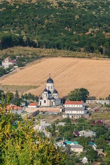 Vue de paysage avec le monastère de capriana et le village autour