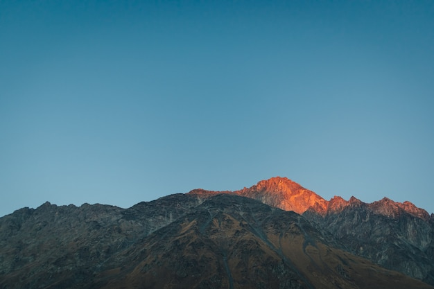 Vue de paysage de montagne colorée avec un ciel bleu vif en europe.