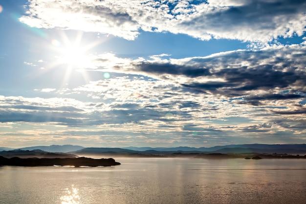 Vue sur le paysage de montagne depuis la mer en norvège