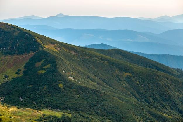 Vue de paysage de montagnes verdoyantes