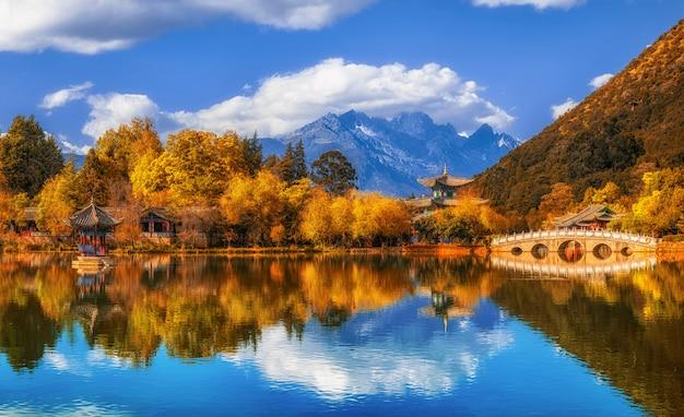 Vue paysage panoramique de la piscine du dragon noir à jade spring park avec pont de marbre sur la montagne du dragon de jade