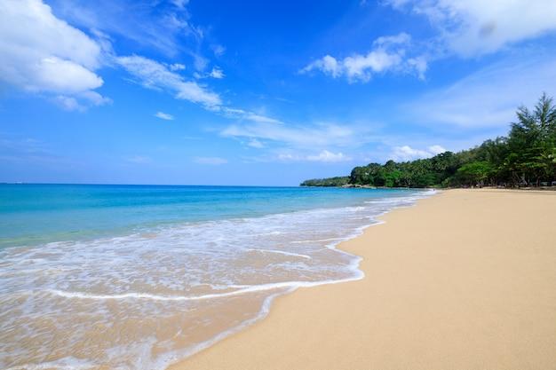 Vue paysage surin plage de sable vacances d'été phuket thaïlande