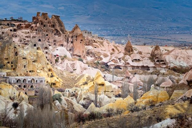 Vue paysage d'uchisar, cappadoce, turquie sous ciel nuageux