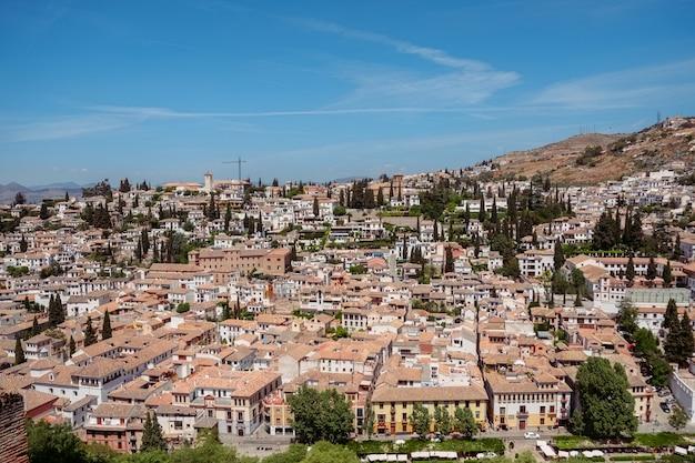 Vue sur le paysage urbain de l'albayzin depuis le palais de l'alhambra. grenade, espagne.