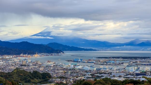 Vue sur le paysage urbain et le port maritime international fuji mountain, japon