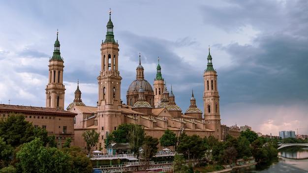 Vue sur le paysage urbain sur les toits et les flèches de la basilique notre-dame de saragosse. monument historique cathédrale de la région d'aragon. une église catholique romaine en espagne