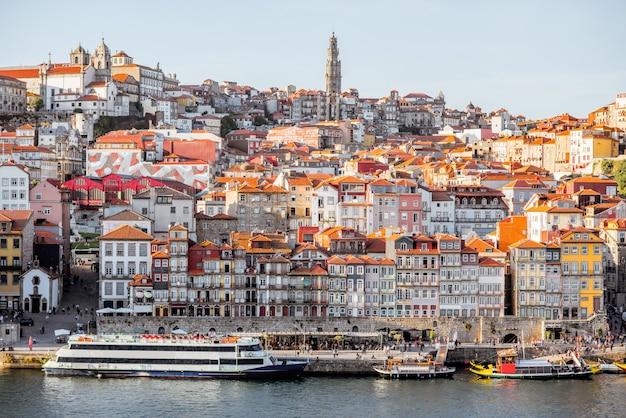 Vue paysage sur la vieille ville au bord du fleuve douro à porto pendant le coucher du soleil au portugal