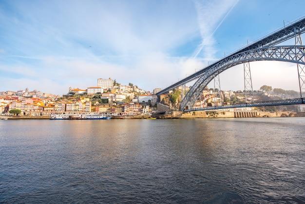 Vue paysage sur la vieille ville avec le pont luis et le fleuve douro dans la ville de porto, portugal