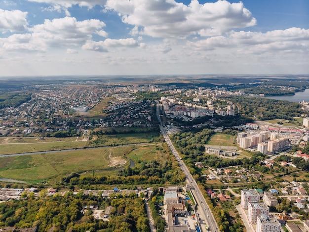 Vue de paysage sur la ville par une journée ensoleillée d'été avec nuages de vue aérienne et vue sur le lac