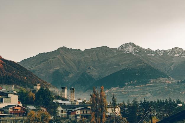 Vue paysage de la ville rurale et de la montagne de mestia, géorgie.
