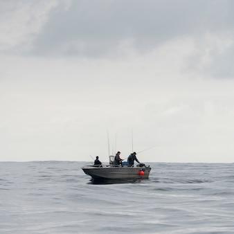 Vue des pêcheurs dans un bateau, district régional de skeena-queen charlotte, île d'hippa, haida gwaii, gr