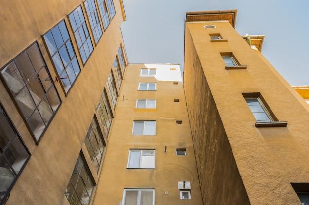 Vue en perspective d'un bâtiment. façade de l'ancien bâtiment.