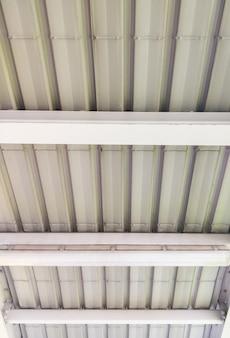 La vue en perspective du toit en tôle avec l'ampoule électrique couvre l'escalier de la gare de la ville, vue de face pour l'espace de copie.