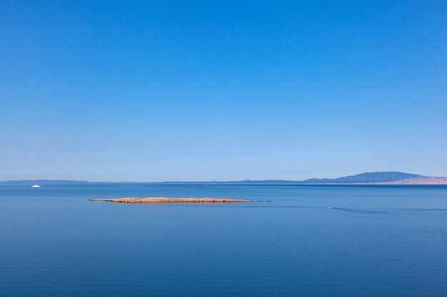 Vue d'une petite île croate typique près de stara baska, krk en croatie