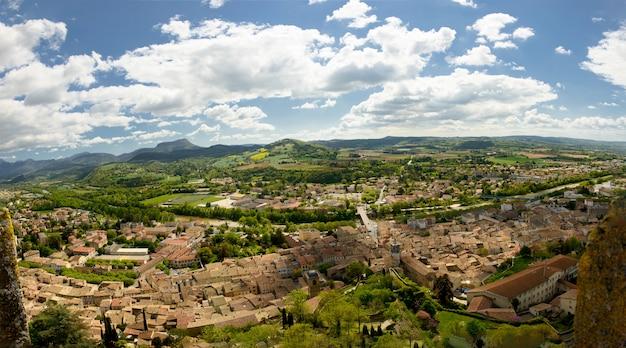 Vue de la petite ville de crest dans la drôme, france