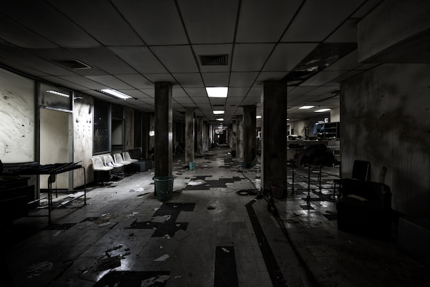 Vue de la pièce sombre abandonnée à l'hôpital psychiatrique