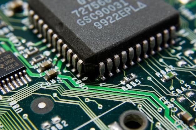 Vue sur les pièces de la carte mère de l'ordinateur dans un angle. utiliser pour le fond ou la texture