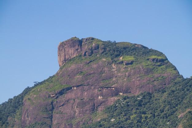 Vue sur la pierre de gavea depuis la plage de barra da tijuca à rio de janeiro au brésil.