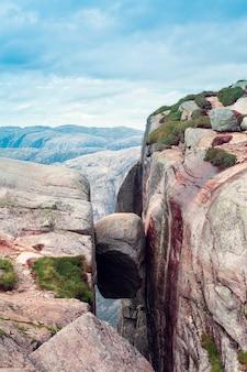 Vue de la pierre kjerag dans les montagnes de norvège