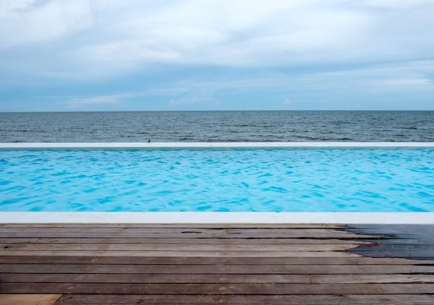 Vue de la piscine aquatique et de la mer naturelle