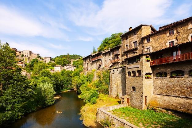 Vue pittoresque du vieux village catalan