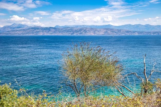 Vue pittoresque sur les eaux turquoises de la mer ionienne de l'île de corfou en grèce