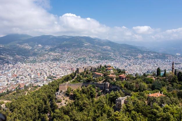 Vue pittoresque sur la forteresse médiévale et la station balnéaire turque d'alanya