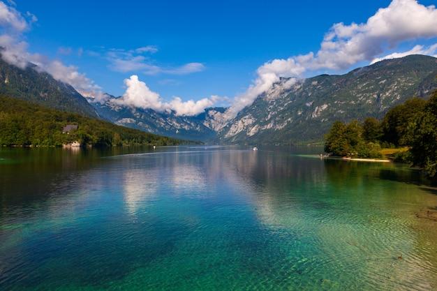 Vue sur le pittoresque lac de bohinj, slovénie