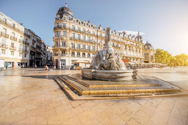 Vue sur la place de la comédie avec fontaine des trois grâces pendant la lumière du matin dans la ville de montpellier dans le sud de la france