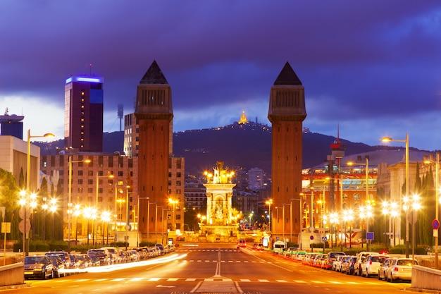 Vue de la place de l'espagne à barcelone dans la nuit