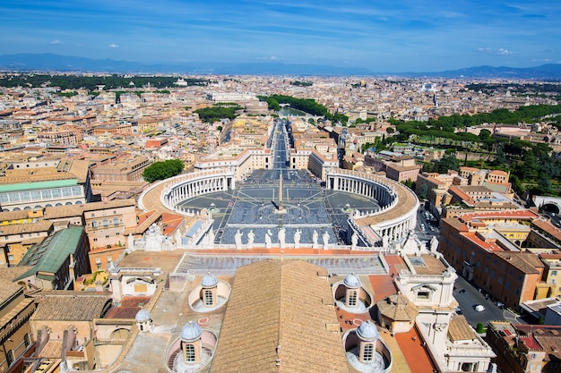 Vue de la place saint-pierre et de rome depuis le dôme de la basilique saint-pierre, vatican