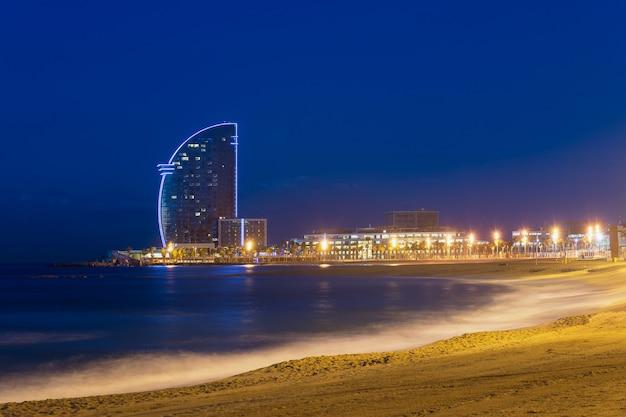 Vue de la plage de barcelone dans la nuit d'été à barcelone, en espagne. mer méditerranée en espagne.