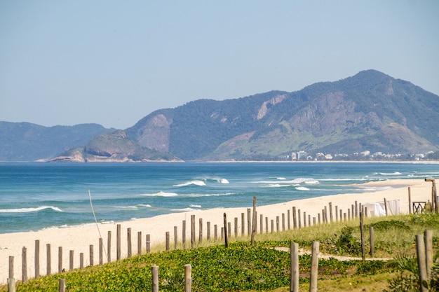 Vue de la plage de barra da tijuca à rio de janeiro, brésil.