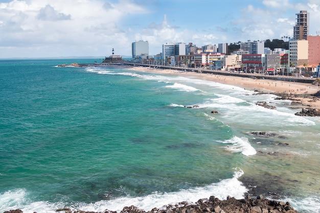 Vue de la plage de barra dans la ville de salvador bahia au brésil.