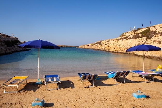 Vue de la plage de cala madonna en saison estivale